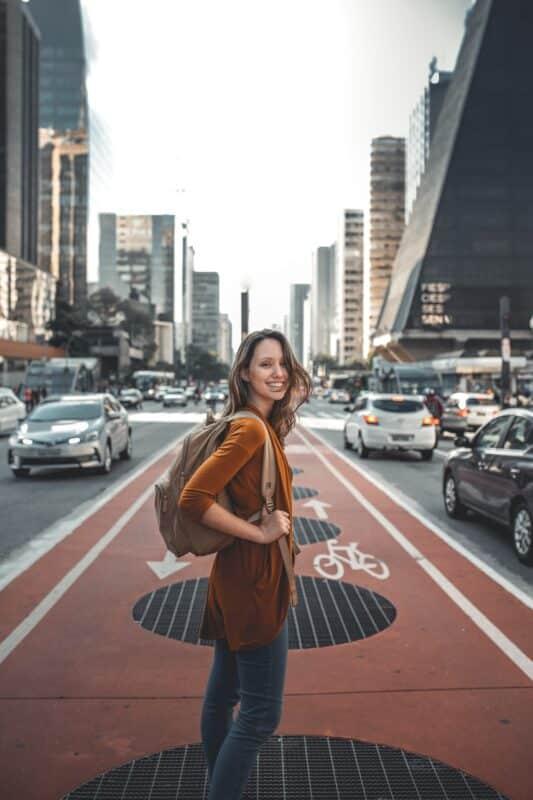 portrait femme dans la rue avec un objectif photo 35mm