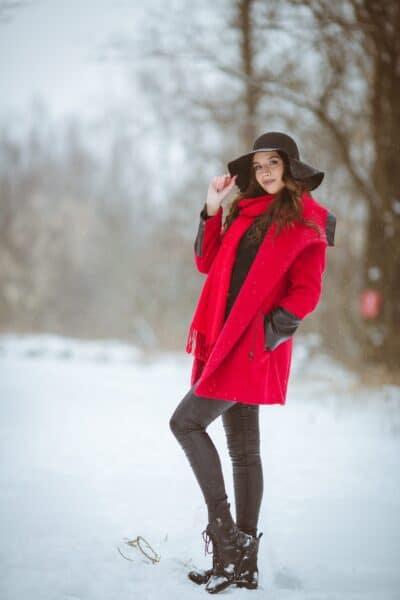 portrait femme en hiver manteau rouge focale 135mm