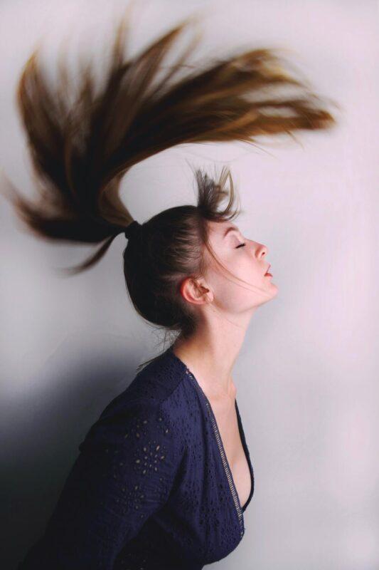 mouvement des cheveux en photo mode tv