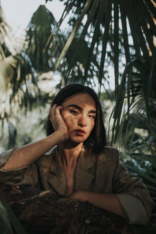 portrait de femme dans la nature en mode priorité ouverture