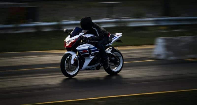 figé le mouvement d'une moto en photo