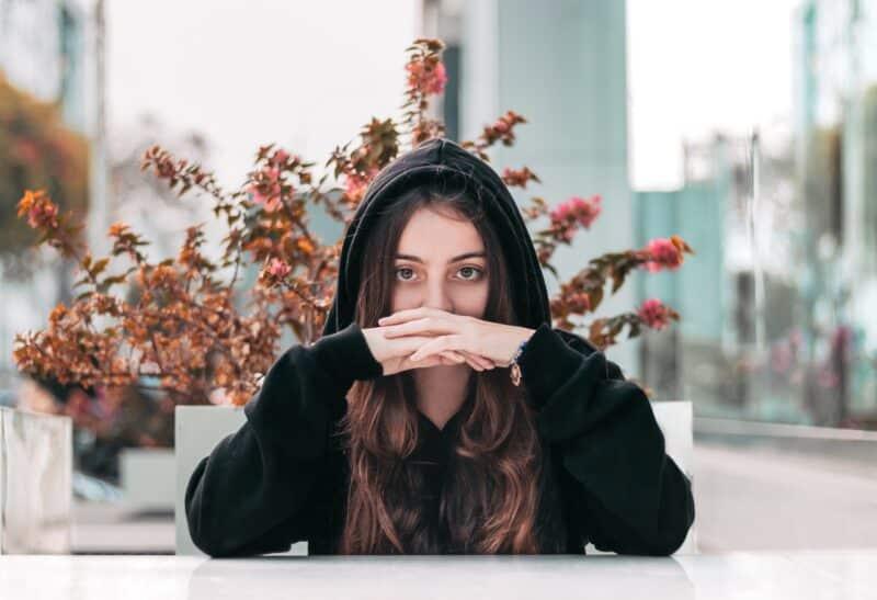 portrait femme assise extérieur